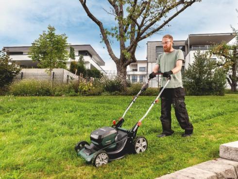Drei in eins: Der 18-Volt-Akku-Rasenmäher RM 36-18 LTX BL 46 mäht, sammelt oder mulcht effizient und eignet sich besonders für grosse Grundstücke. Foto: Metabo