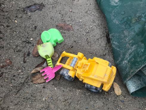 Bild garten.ch: Eine einfache Sandmulde mit einer Plane abdecken, damit die Katzen sie nicht als Klo benutzen.
