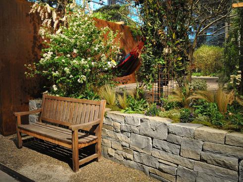 Bild: garten.ch im vollen Leben Sitzbank im offen zugänglichen Bereich