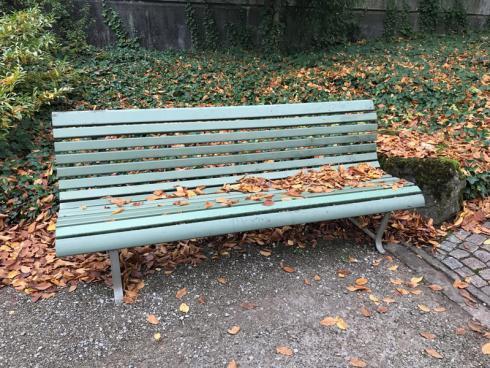 Bild garten.ch: Sitzgelegenheiten gibt es oft genug im Garten. Mit einer wasserfesten Outdoorhose kann man auch nasse Oberflächen nutzen.