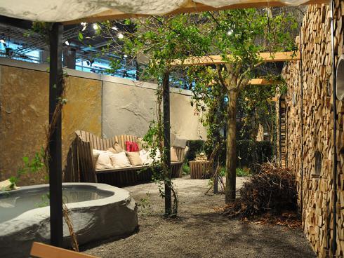 Bild: garten.ch im vollen Leben Brunnen und Sitzgruppe im privaten Bereich Sichtschutz mit verschiedenen Elementen
