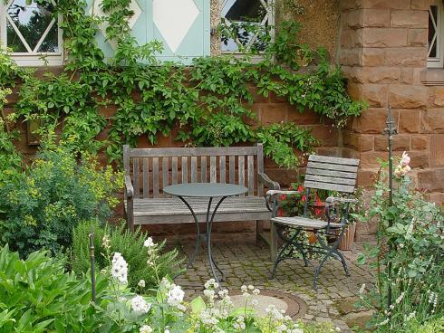 Bild BGL: einladender Vorgarten mit Bank und Tisch