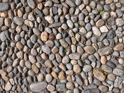 Bild garten.ch: Naturstein anstelle Betonpflastersteine oder Asphalt