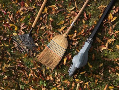 Bild garten.ch: Je nach Situation im Garten, das geeignete Werkzeug wählen für die Entfernung von Laub