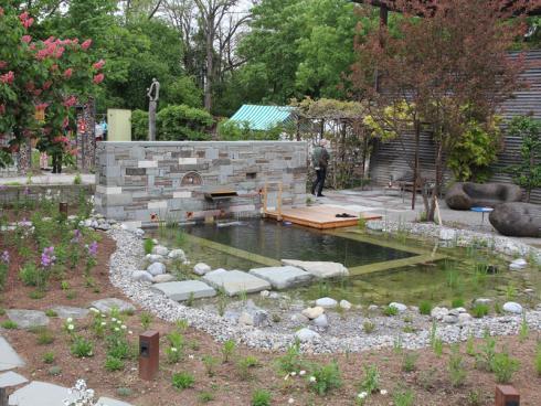 Zentrales Element ist der Wassergarten mit seinem 3 x 5 m grossen Badebereich. © Winkler Richard Naturgärten