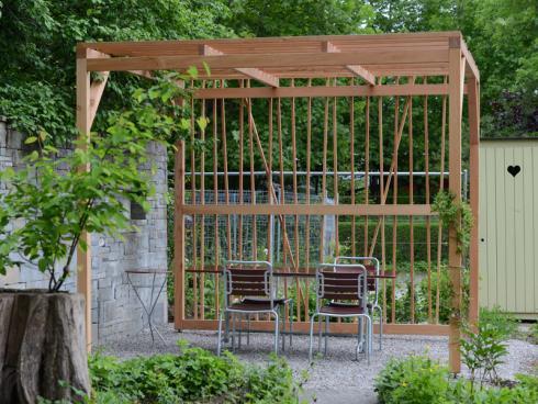Ein luftig-leichter Sicht- und Sonnenschutz: die Gartenlaube ‹Mikado›. © Winkler Richard Naturgärten