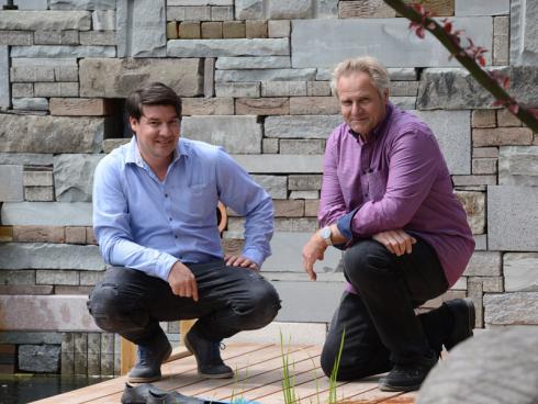 Pascal Fischer, Bereichsleiter Gartenbau, und Inhaber Peter Richard haben den Garten gemeinsam geplant und entworfen. © Winkler Richard Naturgärten