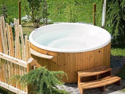 Bild Pixabay.com © Pezibear CCO Public Domain: Ein Whirlpool im Garten sorgt für luxuriöse Entspannung