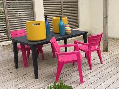 Bild garten.ch: Farbige Möbel und Dekoelemente