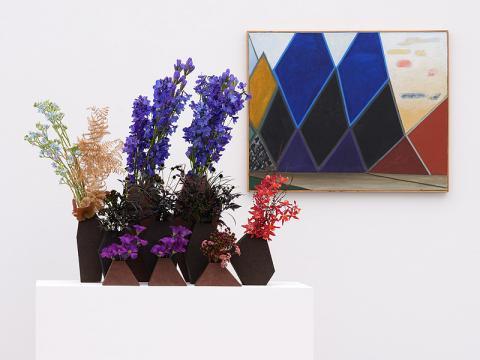 Bildlegende: Meret Oppenheims Bild Dunkle Berge, rechts gelb-rote Wolken, 1977-1979, floral interpretiert von Meisterfloristin Regula Guhl, Zürich (Foto: David Aebi, Burgdorf)