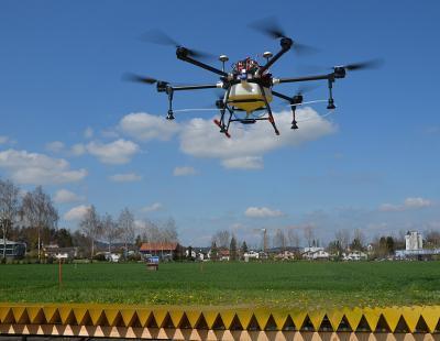 Drohne auf dem Prüfstand für die Messung der Querverteilung. (Foto: Thomas Anken, Agroscope)